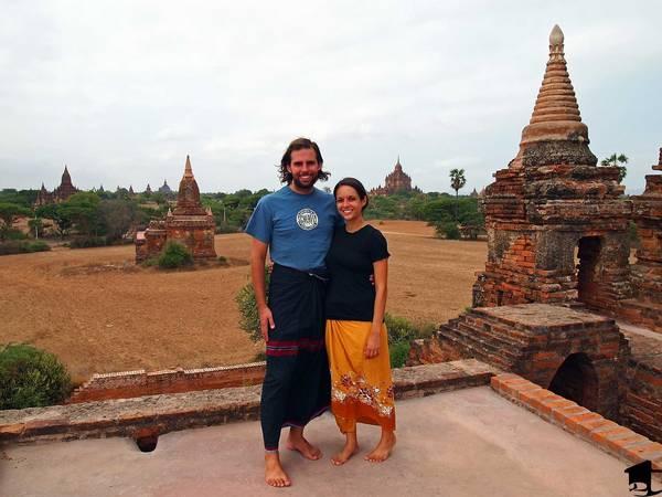 Du khách rất thích thú với chiếc váy Longyi. Ảnh: twotravelaholics.com