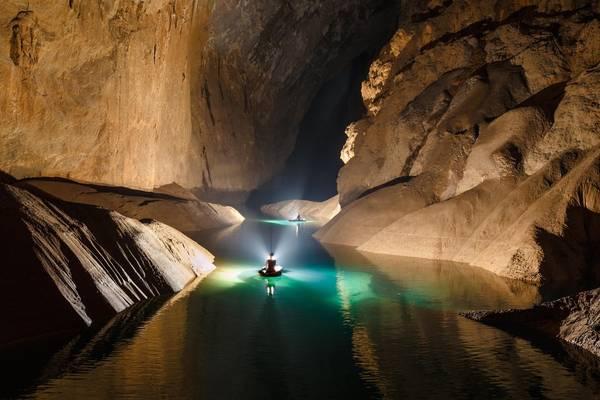 Chèo thuyền trong lòng hang Sơn Đoòng.