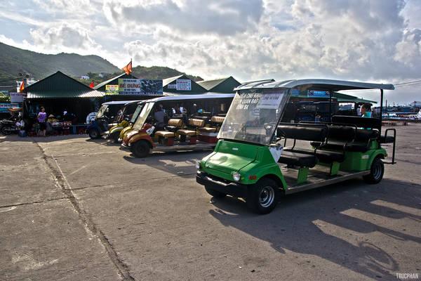 Vào những ngày thường ít khách du lịch, xe điện dùng để đưa du khách tham quan Bình Ba được nghỉ ngơi ở bãi đậu xe nhiều màu sắc.