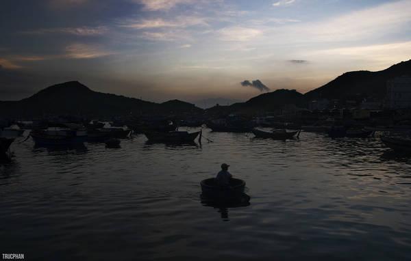 Khởi hành từ Sài Gòn đến cảng Ba Ngòi trong đêm, sáng sớm bắt chuyến tàu đầu tiên ra Bình Ba để bắt đầu hành trình trên đảo. Từ tờ mờ sáng, người dân đã bắt đầu công việc đánh cá.