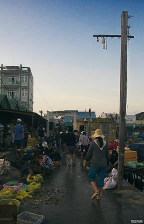 Ở xứ biển người dân thường họp chợ ở khu vực cầu cảng, nơi tàu thuyền nhỏ có thể ra vào dễ dàng để vận chuyển hàng và Bình Ba cũng không ngoại lệ. Tuy nhỏ nhưng là đây khu chợ duy nhất của đảo Bình Ba nên ở đây khá nhộp nhịp vào sáng sớm. Ảnh: Trucphan