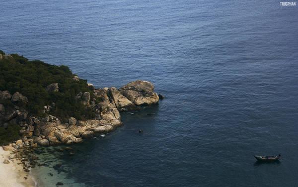 Buổi trưa và chiều là thời gian thích hợp để bạn có thể tham quan những cảnh đẹp của Bình Ba. Đứng từ núi nhìn xuống hòn Rùa thơ mộng.