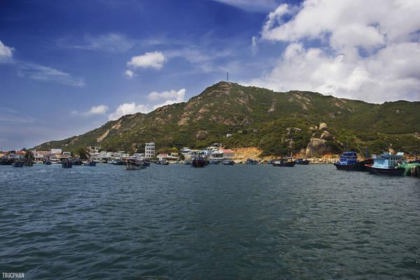Khu vực cảng cá, nơi tập trung nhiều thuyền bè neo đậu nhất ở Bình Ba..