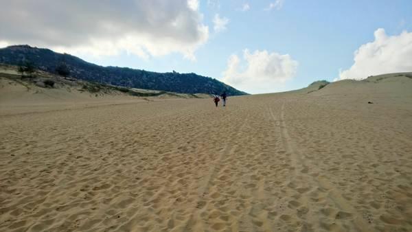 Băng qua một triền cát dài.