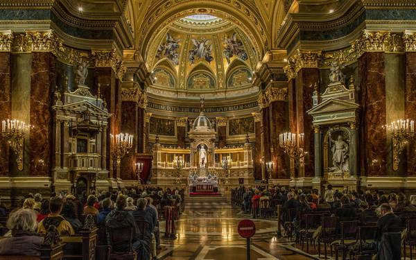 Nhà thờ St. Stephen's nằm giữa lòng thủ đô Budapest, nhà thờ này mang tên vị vua đầu tiên của Hungary. Nhà thờ này là 1 trong 2 tòa nhà cao nhất thủ đô Budapest (luật pháp Hungary cấm xây những tòa nhà cao trên 96m).