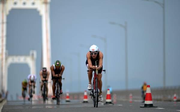 Các vận động viên đang đạp xe trên cầu Thuận Phước. Ảnh: Hoàng Hà/Zing