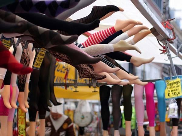 <strong>Amsterdam, Hà Lan: </strong>Legging là phụ kiện không thể thiếu của phụ nữ Hà Lan. Tất dày, dài tới mắt cá chân được mặc cùng váy, chân váy, thậm chí cả quần soóc. Bạn có thể chọn giày thể thao sáng màu. Vào mùa đông, bốt đế bệt là lựa chọn sáng suốt nhất. Vào buổi tối, bạn nên mặc áo khoác nhẹ hoặc blazer cùng quần jeans. Đặc biệt nên có một lớp mặc ngoài chống nước phòng trường hợp thời tiết thay đổi bất thường.