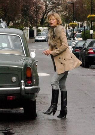 <strong>London, Anh: </strong>Váy áo mỏng nhẹ, giày bệt hoặc xỏ ngón là trang phục được yêu thích vào mùa hè với những gam màu đen, màu sáng hoặc nhẹ. Thời trang London không cầu kỳ, nhưng vẫn phong cách và thoải mái. Quần jeans, ủng Chelsea, giày brogues và một chiếc áo khoác vừa vặn sẽ làm bạn hòa nhập với London. Vào mùa thu khi trời mưa nhiều, ủng cao su và ô là hai phụ kiện không thể thiếu.