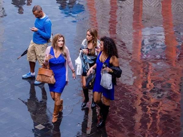 <strong>Beirut, Lebanon: </strong>Phụ nữ ở Lebanon thường mặc váy hoặc áo dài kiểu truyền thống cùng những phụ kiện sáng màu. Khăn quàng cỡ lớn, vòng tay, ví cầm tay lấp lánh, túi nhỏ sặc sỡ là những món đồ yêu thích của chị em. Khi có những sự kiện quan trọng, họ thường mặc những chiếc váy dạ hội cầu kỳ đi dự tiệc. Trong khi đó, đàn ông thích mặc những bộ vest 2 khuy màu xanh thẫm hoặc đen khi đi làm. Phụ kiện yêu thích là thắt lưng và giày lười. Lebanon là nước Hồi giáo, vì thế chị em phụ nữ cần trùm khăn trên đầu và ăn mặc giản dị khi đến những địa điểm tôn giáo.