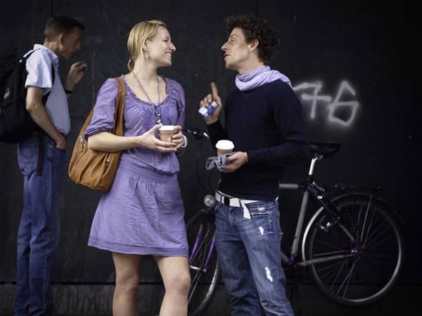 <strong>Berlin, Đức: </strong>Berlin khá thoải mái trong ăn mặc. Vào mùa hè, hầu hết mọi người đều mặc quần soóc và đi dép xỏ ngón. Văn hóa công sở của họ cũng không cầu kỳ, bởi vậy rất ít khi bạn nhìn thấy có người mặc vest. Phụ nữ thường mặc quần jeans, áo màu trắng, màu be hoặc cam. Khi trời lạnh một chút, họ mặc áo khoác nhẹ hoặc blazer bằng cotton bên ngoài. Đặc biệt, người Đức không mặc đồ kaki hay quần soóc ngắn kiểu Bermuda. Vào mùa đông, họ mặc áo giữ nhiệt, áo len thời trang, độ mũ, đeo găng tay và váy lót dày.