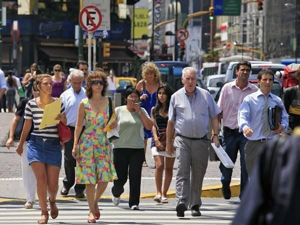 <strong>Buenos Aires, Argentina: </strong>Quần jeans là trang phục được yêu thích khi mát trời. Vào ngày nóng, đàn ông thường mặc quần cotton màu be hoặc quần chino. Phụ nữ mặc váy, áo nhẹ, đi giày slingback, sandal hoặc giày vải. Quần tụt hoặc quần soóc không hề được ưa chuộng ở đây.