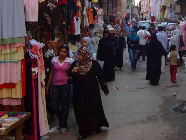 <strong>Cairo, Ai Cập: </strong>Ở Cairo, hầu hết mọi người đều rất bảo thủ trong phong cách ăn mặc. Đàn ông mặc quần âu, áo thun, hiếm khi thấy họ mặc quần soóc, áo ba lỗ hoặc đeo đồ trang sức. Vào mùa hè, phụ nữ mặc quần vải cotton, quần ống rộng chất liệu linen, váy dài quá gối, áo dài tay, còn mùa đông họ mặc quần jeans. Du khách đến đây nên tránh mặc đồ bó sát, cổ trễ hoặc vải xuyên thấu. Do Cairo rất nhiều cát nên mọi người thường đi giày dép thoải mái và hở ngón.