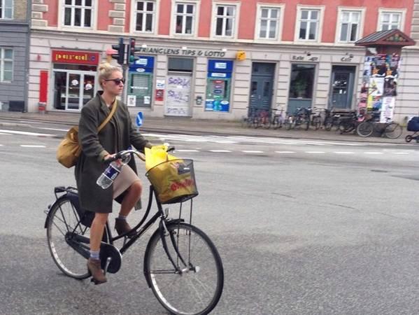 <strong>Copenhagen, Đan Mạch: </strong>Thời trang ở đây lịch sự nhưng đơn giản. Người dân thường đi bộ hoặc đi xe đạp, vì vậy họ thường chọn giày bệt, giày thể thao hoặc ủng thoải mái. Trang phục ưa chuộng là áo rộng, quần skinny. Vào mùa hè, phụ nữ thường mặc váy áo kiểu nữ tính, mang giày như của đàn ông, hoặc mặc quần họa tiết rộng, váy midi. Vào mùa đông ai cũng phải có ít nhất một áo khoác hoặc áo da.