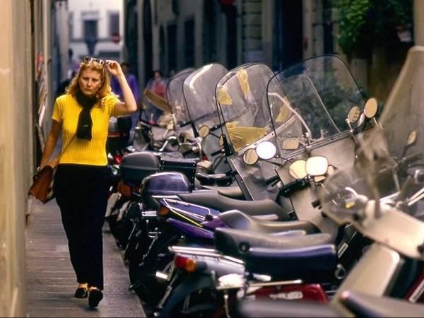 <strong>Florence, Italy: </strong>Phong cách thời trang ở Florence thoải mái nhưng tinh tế. Họ không đi dép xỏ ngón, đội mũ rộng vành, mặc áo có logo, quần soóc hoặc váy ngắn. Một số khu vực tôn giáo và nhà thờ không cho phép mặc áo hở vai, vì vậy một chiếc khăn quàng để che chắn là rất cần thiết. Phụ nữ thường đi sandal kiểu gladiator, giày dạo phố, giày cao gót, trong khi đàn ông đi giày thể thao, giày thuyền hoặc giày da. Đàn ông hiếm khi đi sandal ở Florence, trừ khi đi biển.