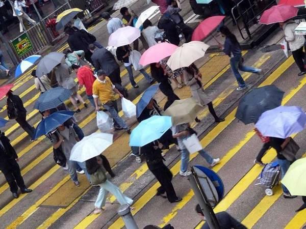 <strong>Hong Kong: </strong>Một trong những phụ kiện được sử dụng nhiều nhất ở xứ cảng thơm là ô. Ai cũng cầm một chiếc ô vào mùa thu hoặc đông, đề phòng những cơn mưa bất chợt, hoặc để tránh nắng vào mùa hè. Các loại giày nhanh khô cũng được ưa chuộng. Phong cách ăn mặc ở Hong Kong khá thoải mái, với giày thể thao và quần jeans. Quần soóc, dép xỏ ngón được dùng khá phổ biến, nhưng đồ quá ngắn hoặc hở hang không được ưa chuộng ở đây. Phụ nữ thường không mặc áo hở ngực hở vai, nhưng váy ngắn vẫn được chấp nhận.