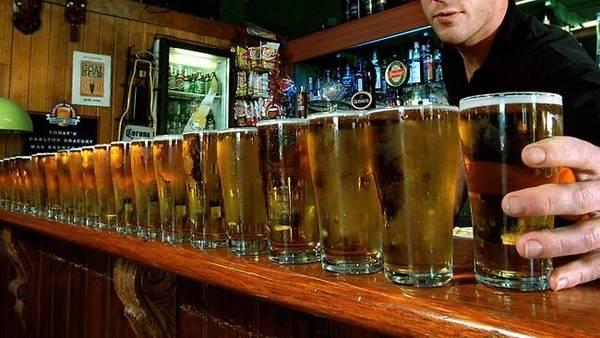 <strong>1. Thi uống với người địa phương: </strong>Trừ khi bạn đến từ Nga hay quốc gia nổi tiếng với tửu lượng cao, đừng thi uống bia rượu với một người Australia. Ảnh: News.