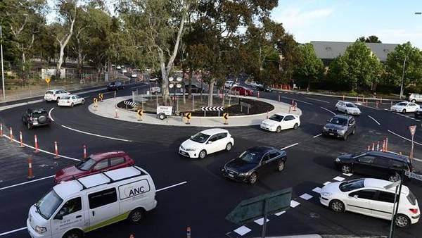 <strong>5. Lái vào vòng xoay từ bên phải: </strong>Đôi khi bạn quên mất ở Australia người ta lái xe bên trái đường và đi vào vòng xoay từ bên phải. Nếu không gây tai nạn nghiêm trọng , bạn cũng sẽ bị cười vào mũi. Ảnh: Huffingtonpost.