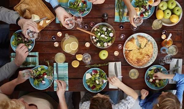 """<strong>6. Ăn tối trước khi đi """"uống trà"""": </strong>Bạn được mời tới uống trà chiều vào khoảng 18h và quyết định ăn tối trước khi đi, vì nghĩ đơn giản là sẽ thưởng thức một tách Earl Grey và chút bánh quy. Tuy nhiên, ở Australia, mời """"uống trà"""" đồng nghĩa với việc mời ăn tối. Ảnh: Homeheaven."""