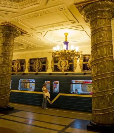 Ngoài ra, hệ thống tàu điện ngầm của thành phố St. Petersburg cũng không kém cạnh về độ đẹp. Trong ảnh là ga Avtovo hoạt động từ năm 1955.