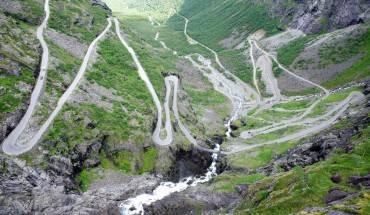 """Một trong những địa điểm đáng lưu ý nhất của vùng Fjord ở Na Uy chính là con đường quanh co Trollstigen. Với thác nước Stigfossen cao 320m ngày đêm tung bọt trắng xóa, quanh cảnh hai bên đường hết sức hùng vĩ và ngoạn mục. Đây là một con đường tương đối khó đi bởi kích thước hẹp và độ dốc lớn. Tuy nhiên, khi vượt qua Trollstigen, bạn sẽ được """"trả công"""" bằng quang cảnh hùng vĩ khi nhìn từ trên cao. Ảnh: Flickr: vironevaeh"""