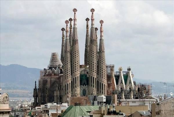 Ấn tượng của Barca còn nằm ở khu phố cổ Barri Gotic, nơi mà từ thế kỷ 14 đã là một trong những trung tâm lịch sử thời trung cổ rộng lớn nhất châu Âu.
