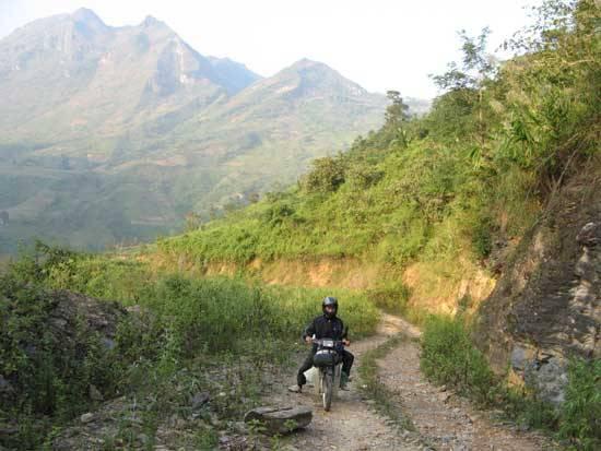 Một đoạn đường đất trên đèo Pha Long. Ảnh: i-dulich