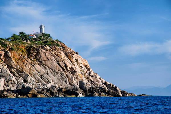 Ngọn hải đăng Hòn Chút nhìn từ xa.