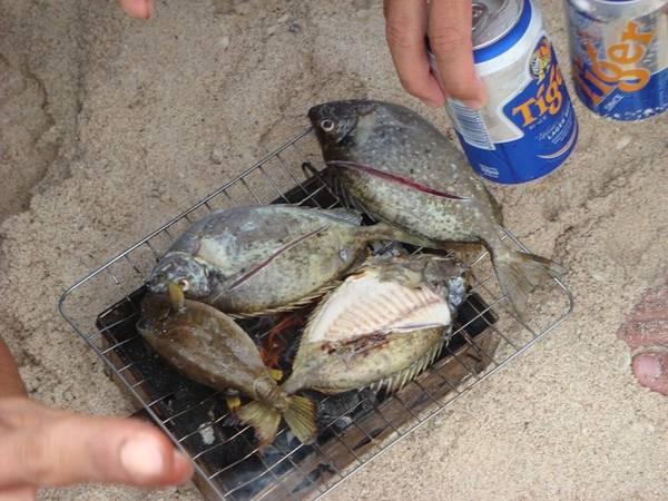 Cá Dzò tươi nướng ngay trên biển.