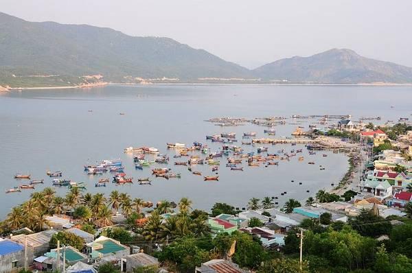 Một góc đảo xinh đẹp với các ngôi nhà nằm san sát nhau và hướng ra phía biển.