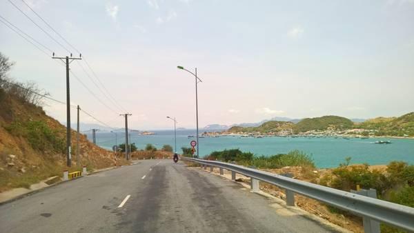 Đảo Bình Hưng nhìn từ xa trên cung đường DT 702. Ảnh: Tiểu Duy