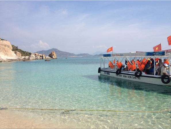 Du khách có thể thuê những chiếc thuyền đáy kính đi dạo biển ngắm san hô.
