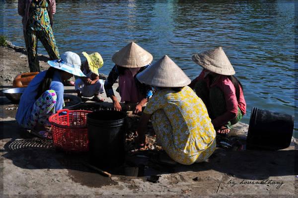 Description: Du khách có thể ra cảng vào sáng sớm để mua được hải sản tươi ngon và rẻ. Ảnh: Hovinhthang/ vnphoto.net