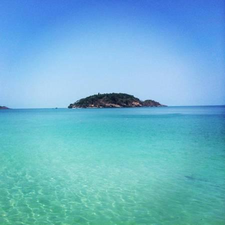 Description: Trên đường ra đảo Hải Tặc bạn sẽ nhìn thấy hòn Tre xinh đẹp. Ảnh: webtretho.com