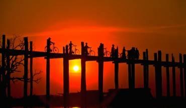 Cây cầu gỗ này đã từng được chuyên trang du lịch CNN bình chọn là một trong những nơi ngắm hoàng hôn đẹp tuyệt vời nhất thế giới. Ảnh: ellenbarone