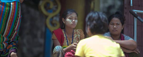 Phụ nữ Myanmar làm đẹp bằng Thanaka. Ảnh: Twohumans.travel