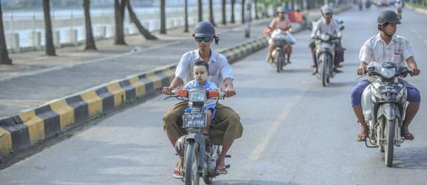 Trên một đường phố của Myanmar. Ảnh: Twohumans.travel