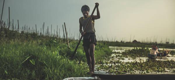 Đi thuyền trên khu vườn nổi ở  hồ Inle. Ảnh: Twohumans.travel