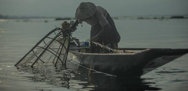 Những người đánh cá Intha. Ảnh: Twohumans.travel