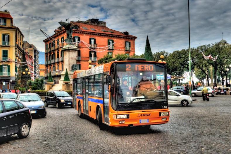 Sử dụng phương tiện giao thông công cộng sẽ giúp bạn hòa nhập nhanh vào cuộc sống của người dân địa phương. Ảnh: centives.net