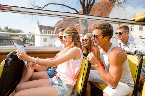 Những người bạn sinh sống tại các địa điểm du lịch sẽ là một hướng dẫn viên du lịch tuyệt vời cho bạn. Ảnh: fastandthecurious.com