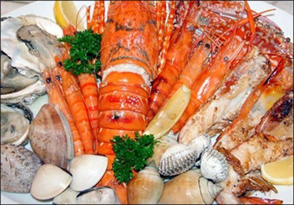Còn gì tuyệt vời hơn khi được thưởng thức hải sản do chính tay mình bắt giữa khung cảnh biển trời trong xanh phải không nào? Ảnh: Vietbao