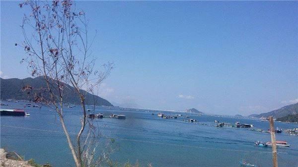 Tuy nhiên, đến Vũng Rô ngày nay bạn sẽ được thưởng ngoạn một khung cảnh thiên nhiên kỳ thú với núi, đảo, vũng vịnh nước xanh vắt như ngọc bích. Ảnh: Pan Xê