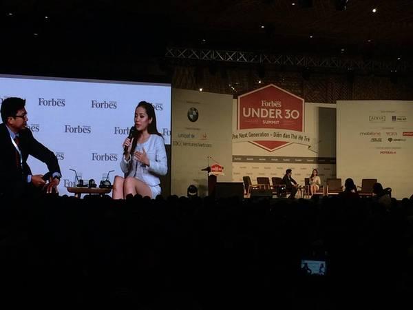 Michelle Phan đang phát biểu về con đường cô chọn trở thành 'phù thủy hướng dẫn trang điểm trên Youtube'.