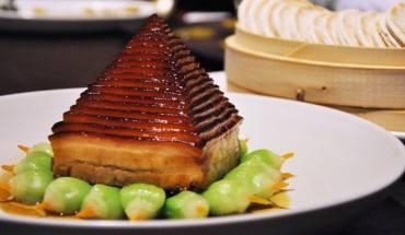 Món thịt lợn nấu đông đang trang trí theo hình Kim tự tháp. Ảnh: CNN