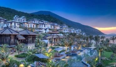 Khu nghỉ dưỡng cách trung tâm thành phố Đà Nẵng 13 km, nằm sát vịnh biển kế bên bán đảo Sơn Trà, và được bao quanh bằng những khu rừng hoang sơ.