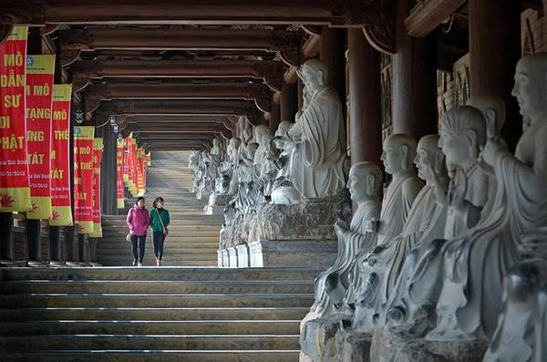 Ngoài hành lang của chùa là 500 bức tượng La Hán bằng đá trắng nguyên khối - mỗi vị một vẻ mặt khác nhau được những người thợ chạm khắc rất tinh xảo, sống động. Ảnh: dulichlehoiviet.com