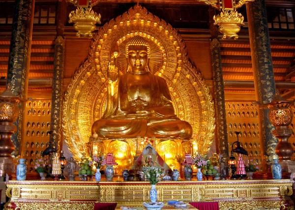Tượng Phật bằng đồng dát vàng lớn nhất châu Á tại chùa Bái Đính. Ảnh: dulichninhbinh.com.vn