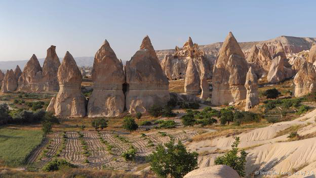 <strong>Núi đá Fairy Chimneys, Thổ Nhĩ Kỳ: </strong> Núi đá trông như những ngọn tháp hình nón kỳ lạ này được tìm thấy ở vùng Cappadocia, Thổ Nhĩ Kỳ. Cách đây vài triệu năm, những ngọn núi lửa đã phun trào khiến tro bụi bao phủ khắp mặt đất. Qua thời gian, nước mưa và gió bào mòn, để lại những lớp đất đá bazan khô cứng tạo nên những ngọn tháp ống khói như ngày nay.