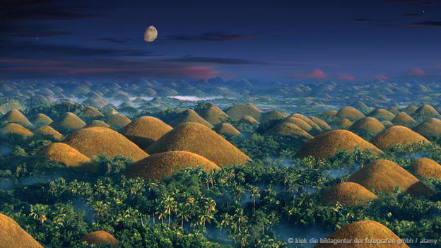 <strong>Những ngọn đồi sôcôla, Philippines: </strong> Có khoảng 1500 ngọn đồi đá vôi ở tỉnh Bohol, Philippines. Chúng thường được phủ một màu xanh bởi cỏ cây, tuy nhiên vào mùa khô những ngọn đồi này nhanh chóng biến chuyển màu nâu đậm. Nó được chính quyền Philippines ghi nhận là Tượng đài địa chất quốc gia năm 1988.