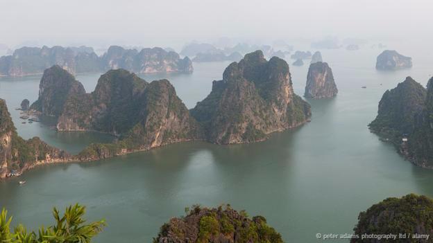 <strong>Vịnh Hạ Long, Việt Nam: </strong> Quang cảnh ngoạn mục ở Hạ Long được tô điểm bởi những cột núi đá vôi và hang động tuyệt đẹp. Núi đá ở đây được hình thành do sự dâng lên và rút xuống của nước biển diễn ra liên tục trong suốt 500 triệu năm. Vịnh có hơn 1.600 hòn đảo lớn nhỏ, hầu hết trong số đó đều không có cư dân sinh sống. Theo truyền thuyết, rồng đã tạo nên các đảo và núi đá để bảo vệ đất nước chống giặc ngoại xâm.